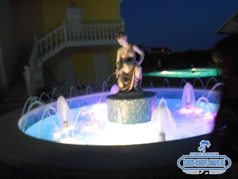 Вечерний фонтан на территории