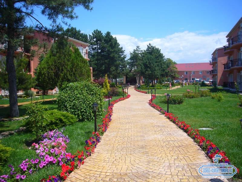 Отель «Ривьера» Анапа - прекрасная тропинка с розами