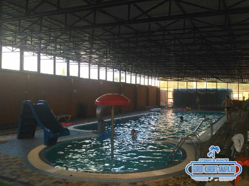 Зона отдыха включает крытый подогреваемый бассейн