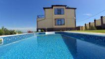 Двухэтажный дом с бассейном - подробное описание