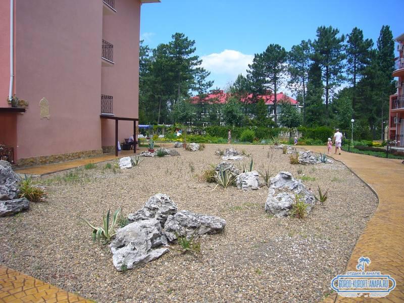 Отель «Ривьера» Анапа - композиция из камней на территории