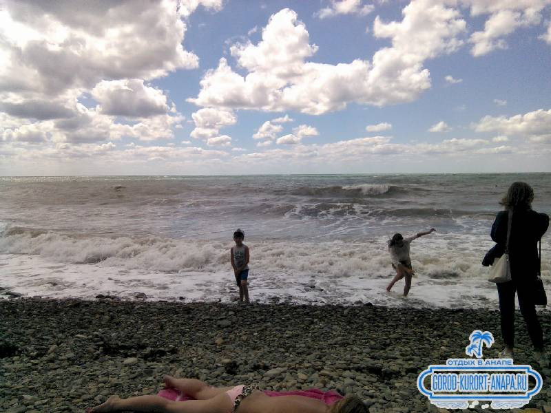 Фото Галечный пляж, в этот раз штормило